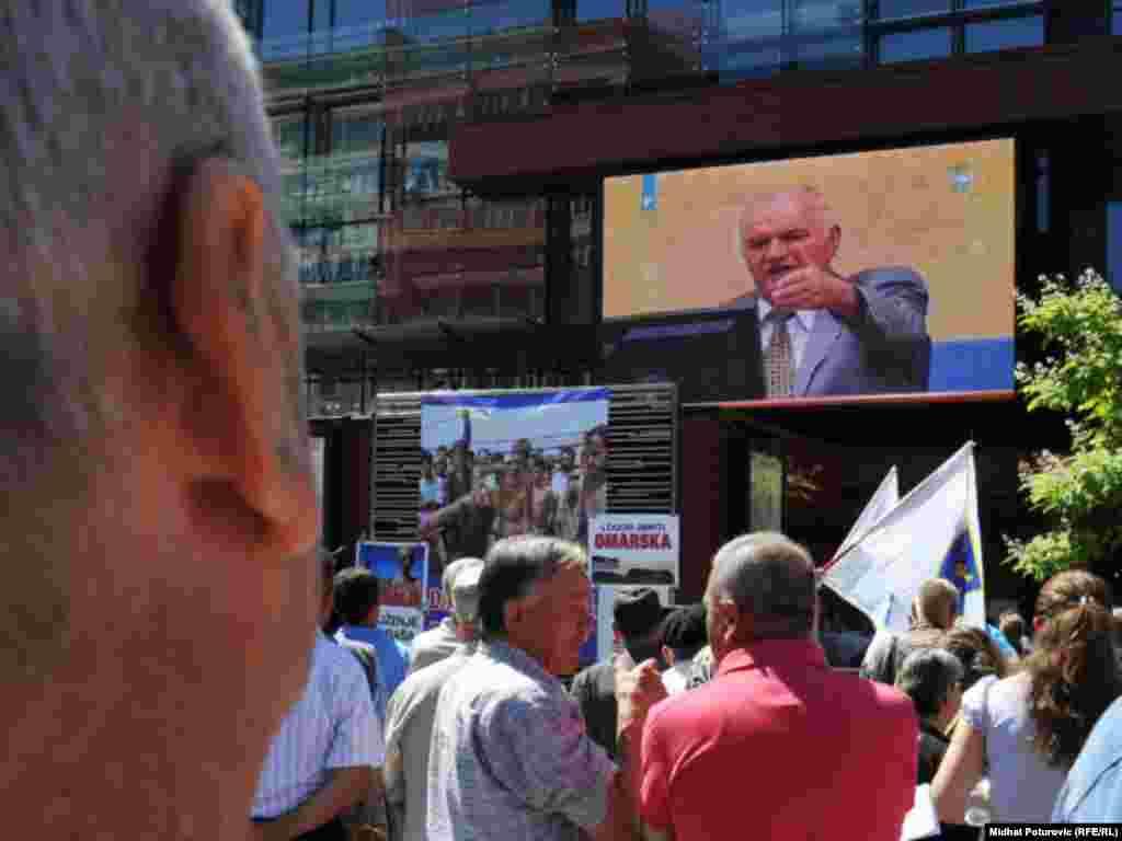 Na skupu pod nazivom ¨Svi smo mi svjedoci¨ okupili su se građani Sarajeva da uživo prate ročište o izjašnjavanju Ratka Mladića o krivici pred Haškim sudom, 04.07.2011. Foto: RSE / Midhat Poturović