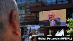 """Сараеводо """"Биз баарыбыз күбөбүз"""" деген акцияга чогулгандар согуш учурунда өлтүрүлгөн жакындарынын сүрөттөрүн жубалга илип, Младичтин сотун көрүштү, 4-июль, 2011"""