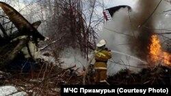 Спасатели тушат самолет, разбившийся в поселке Экимчан