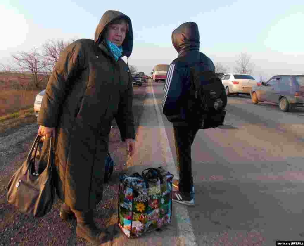 Люди, які перетнули «кордон» через Чонгар, в розгубленості - де обіцяні автобуси і підвіз до найближчого населеного пункту?