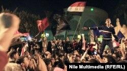 Kairde protestçiler prezident köşgüniň öňünde çykyş edýärler. Kair, 2-nji fewral, 2013.
