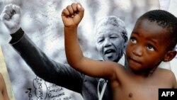Հարավաֆրիկյան հանրապետության փոքրիկ քաղաքացին երկրի նախկին նախագահ Նելսոն Մանդելայի լուսանկարի մոտ` Պրետորիայի Մեդի Կլինիկ հիվանդանոցի առաջ