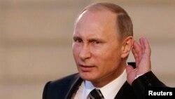 Путин прислушивается к вопросу после переговоров в Париже по украинской проблеме с Меркель, Олландом и Порошенко. 2 октября 2015 года.