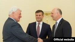 Valeri Golubev, vicepreședintele Gazprom, Vasile Botnari, și premierul Pavel Filip, astăzi la Chișinău