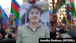 Митингке қатысушылар блогердің суреті бар плакат ұстап тұр. Баку, 19 қаңтар 2019 жыл