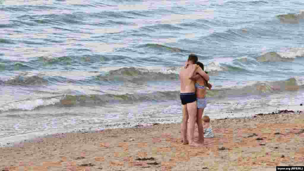 Песчаные пляжи и мелкое дно привлекают отдыхающих с детьми