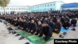 Таджикские заключенные читают намаз в одной из тюрем в душанбе.