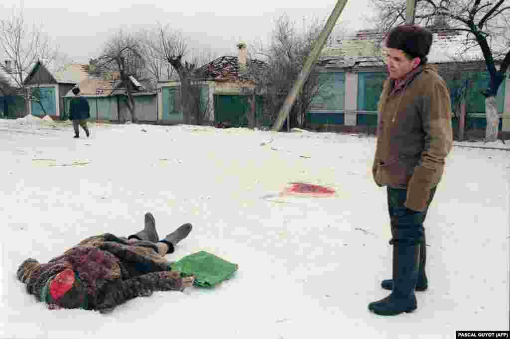 Ракетний обстріл «накрив» цю жінку на вулиці Грозного. Волонтери з місцевих жителів і навколишніх сіл після бомбардувань прочісують вулиці міста. Якщо встигають, то вивозять тіла до наступного бомбардування або ховають неподалік. 24 січня 1995 року