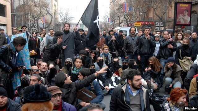 Armenia - Anti-government activists demonstrate against Armenia's membership of the Russian-led customs union, Yerevan, 2Dec2013.