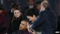 Володимир Путін накидає шаль на плечі Пен Ліюань, Пекін, 10 листопада 2014 року