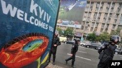 Қала көшелерінде жүрген полицейлер. Киев, 5 маусым 2012 жыл. (Көрнекі сурет)