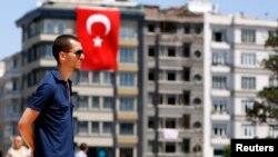 Taksim meydanında dayanaraq etiraz edən aksiyaçı
