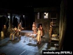 Сцэна з спэктаклю: Ёана Шчапкоўска ў халаце ў ролі доктаркі