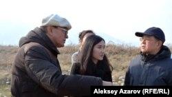 Академик-археолог Карл Байпаков рассказывает представителям мониторинговой комиссии Комитета ЮНЕСКО о значимости городища Тальхиз в средние века. Алматинская область, 8 ноября 2016 года.