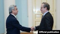 Армения -- Новоназначенный посол Бельгии в Армении Алекс Ван Меувен (справа) и президент Армении Серж Саргсян, Ереван, 31 октября 2014 г.
