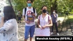 Сторонники активистки Асии Тулесовой у здания суда. Алматы, 12 августа 2020 года.