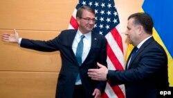 Министр обороны Украины Степан Полторак и министр обороны Эштон Картер перед заседанием министров обороны стран НАТО в Брюсселе 15 июня 2016 года