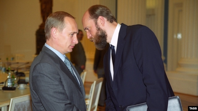 Sergei Pugachyov (right) with Russian President Vladimir Putin  in 2000