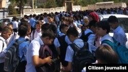 Учащиеся 180-й школы в ожидании завершения первой смены в соседней школе.