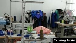 """Снимки """"швейного цеха"""" при школе, показанные репортеру Азаттыка учителями средней школы № 20 поселка имени Туймебаева."""