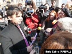Aktivistica Neva Tolle predaje ženske zahtjeve potpredsjedniku Vlade Branku Grčiću