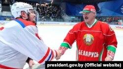 Ілюстрацыйнае фота. Аляксандар Лукашэнка пасьля гульні ў хакей, які ён называе адным зь «лекаў ад каранавірусу», 28 сакавіка 2020 году