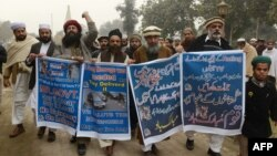 Pakistanda bir kənd sakinləri Parisdəki jurnala hücumu dəstəkləyir