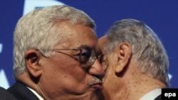 شیمون پرز و محمود عباس، به شکلی نیمه محرمانه به مذاکرات خود ادامه می دهند.