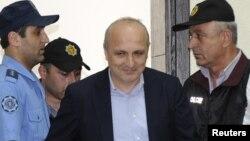 Грузия экс-премьері Вано Мерабишвили (ортада) сотқа келе жатыр. Кутаиси, 22 мамыр 2013 жыл.