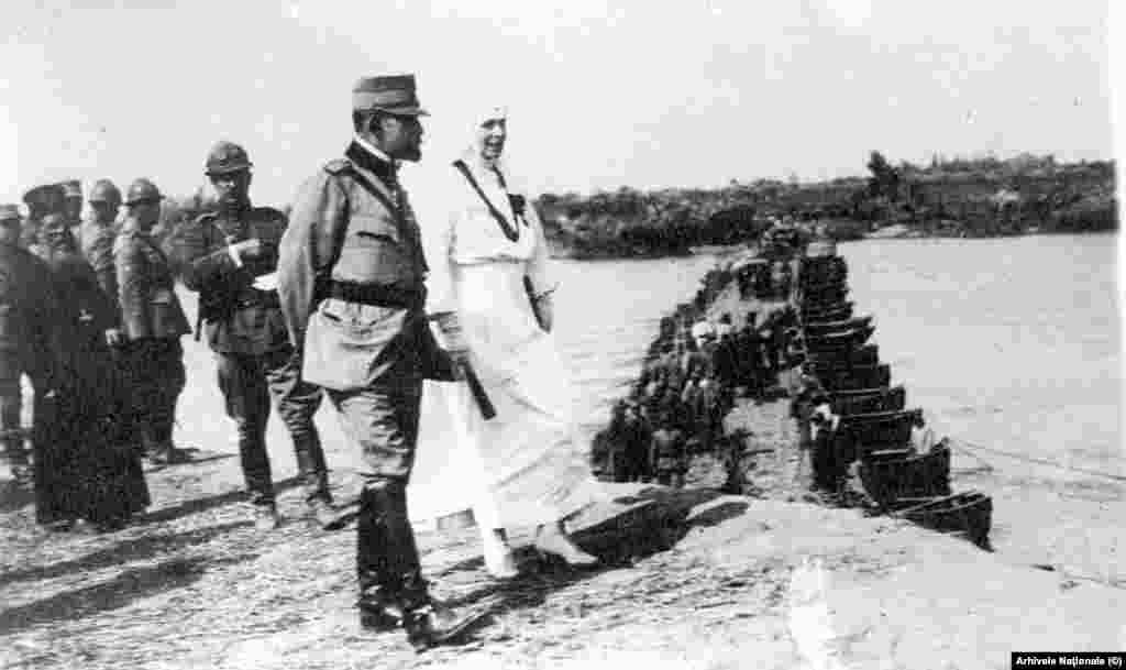 Regina în costum sanitar pe linia frontului în 1917. Bucureștiul fusese ocupat de trupele germane, turcești și bulgătești în noiembrie 1916, iar familia regală, guvernul, parlamentul și toate autoritățile se refugiaseră la Iași.