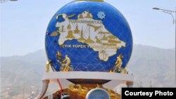 Türkmenistanda Welosipede dikilen täze heýkel.