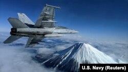 """Американский палубный истребитель F/A-18F Super Hornet над горой Фудзи в Японии. В 2017 году командование Военно-морской авиации США планировало обеспечить специальными """"умными"""" часами Garmin всех пилотов таких самолетов"""