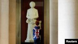 Мальчик осматривает скульптуру Маргарет Тэтчер в лондонской Guildhall Art Gallery