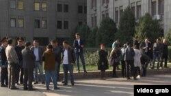 Алматыдағы сыртқы істер министрлігі өкілдігі алдына тұрған Қытайдан келген этникалық қазақтар. Азаттық видеосынан скриншот. Алмаьты, 25 қазан 2017 жыл.
