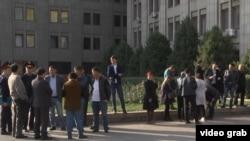 Этнические казахи из Китая перед зданием представительства МИД Казахстана просят о встрече с дипломатами, чтобы рассказать о давлении на их родственников в Китае. Алматы, 25 октября 2017 года.