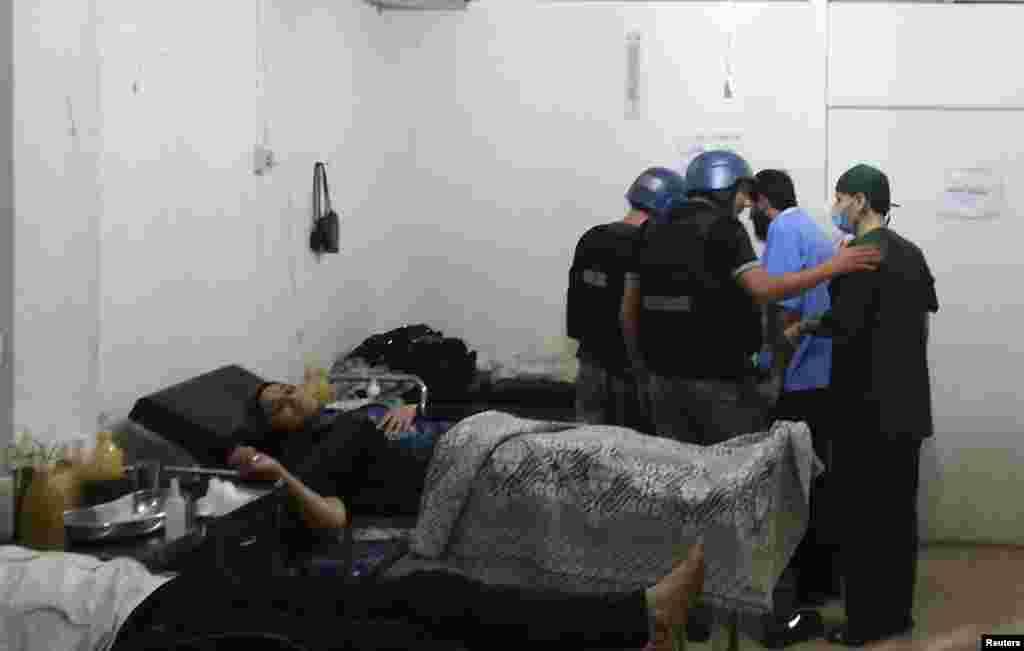 Инспекторы ООН посещают в больнице пострадавших при химической атаке в другом пригороде Дамаска - Муадамия.