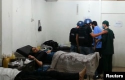 UN chemical weapons experts visit a hospital where victims of an apparent gas attack are being treated.
