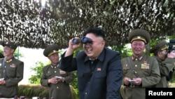 Архивное фото, 2014 год: северокорейский лидер Ким Чен Ын инспектирует оборонительные позиции