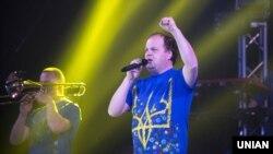 Віктор Бронюк, лідер гурту «ТІК» («Тверезість і Культура»), під час концерту в Запоріжжі, 3 квітня 2015 року