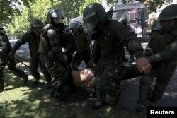 Разгон молодежной демонстрации в Сантьяго во время общенациональной забастовки. 18 октября 2011 года