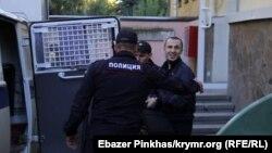 Сервер Мустафаев у здания суда в Симферополе