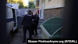 Сервера Мустафаева заводят в автозак