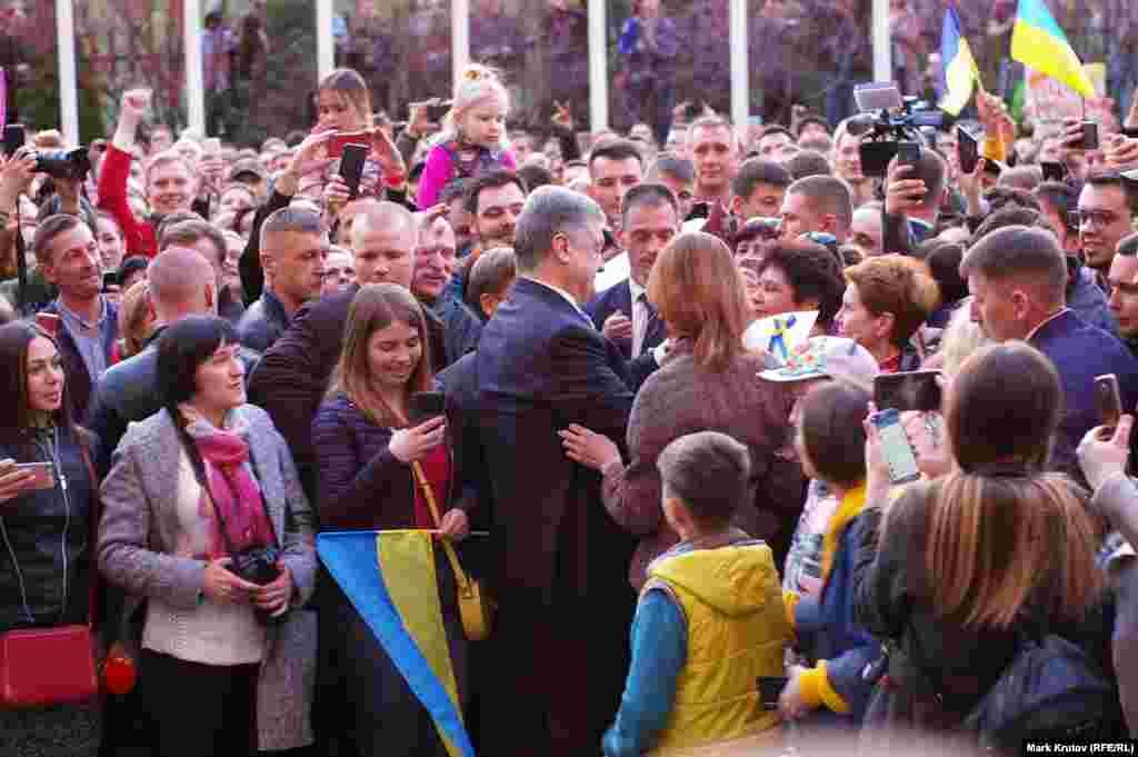 После короткой речи президент пошел к сторонникам, чтобы раздать автографы и сфотографироваться с ними на память.