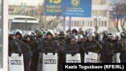 Бойцы специального отряда быстрого реагирования на центральной площади Ынтымак города Актау. 20 декабря 2011 года.