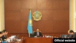 Қазақстан үкіметінің мәжілісі, ортада премьер-министр Кәрім Мәсімов