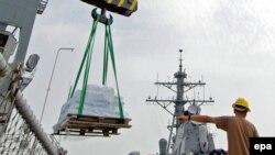 Разгрузка гуманитарной помощи с борта американского военного корабля в порту Батуми