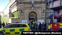 """Өрт сөндірушілер мен құтқару қызметі мамандары Лондон метро желісінің жарылыс болған """"Парснос Грин"""" станциясы алдында жүр. 15 қыркүйек 2017 жыл."""