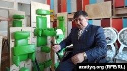 Предприниматель Биржан Кужаков на фоне готовых тренажеров-вертикализаторов, которые будут отправлены детям с тяжелыми заболеваниями. Сейчас бизнесмен, вышедший недавно из партии власти, ждет поддержки для их отправки по адресам.