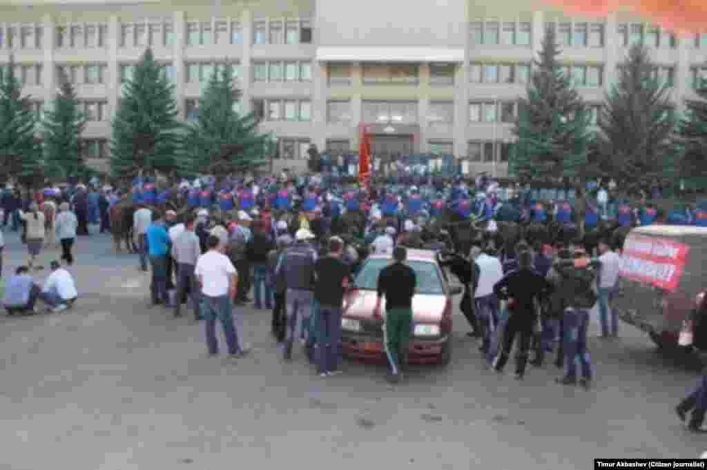 Перед входом в здание полномочного представительства правительства в Иссык-Кульской области дежурят сотрудники ОМОНа.