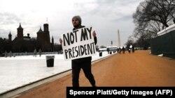 На інавгурацію Дональда Трампа у Вашингтоні зібралися сотні тисяч людей, частина з яких протестує проти його обрання, 20 січня 2017 року